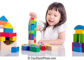 weinig; niet zo(veel), aziatisch meisje, spelend, houten blok, op, witte achtergrond