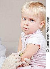 weinig; niet zo(veel), baby meisje, krijgt, een, injectie