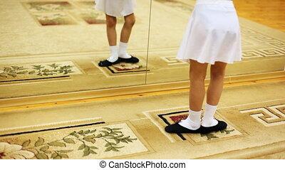 weinig; niet zo(veel), ballet, revers, terwijl, bewegingen, spiegel, meisje, benen, tapijt