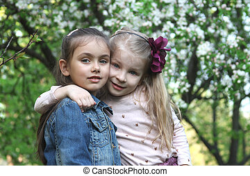 weinig; niet zo(veel), buiten, meiden, park, boom omhelzend, lente