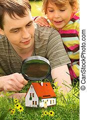 weinig; niet zo(veel), collage, woning, vader, kijken door, kleine, vergrootglas, meisje