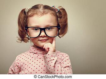 weinig; niet zo(veel), denken, ouderwetse , glasses., het kijken, verticaal, meisje, vrolijke , geitje