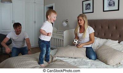 weinig; niet zo(veel), dochter, gezin, uitgeven, bed., morgen, hun, ouders, tijd, plezier, hebben