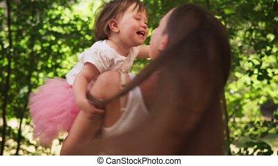 weinig; niet zo(veel), dochter, haar, park, moeder, zonnig, omhelzingen, whirls, schattige, vrolijke