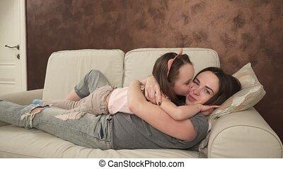 weinig; niet zo(veel), dochter, kietelen, omhelzen, moeder, vrolijke