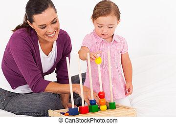 weinig; niet zo(veel), dochter, spelend, onderwijsstuk speelgoed