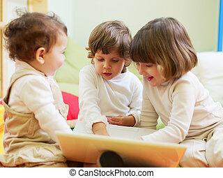 weinig; niet zo(veel), draagbare computer, meiden, drie, computer, gebruik