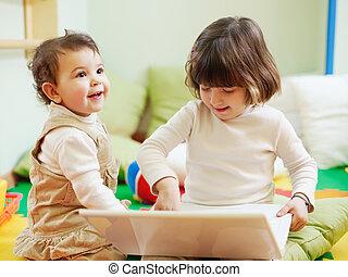 weinig; niet zo(veel), draagbare computer, meiden, twee, computer, gebruik
