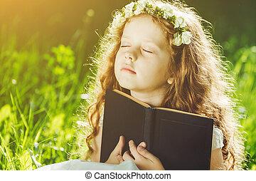 weinig; niet zo(veel), eyes, haar, of, biddend, boek, gesloten, dromen, outdoors., lezende , meisje