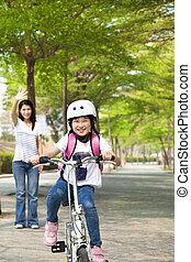 weinig; niet zo(veel), fiets, school, gaan, paardrijden, meisje, vrolijke
