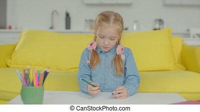 weinig; niet zo(veel), genemenene in beslag, creatief, thuis, meisje, tekening