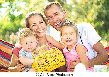 weinig; niet zo(veel), gezin, jonge kinderen, buitenshuis, blij, vrolijke