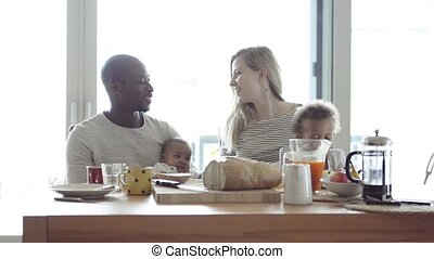 weinig; niet zo(veel), gezin, kinderen, jonge, hebben, interracial, breakfast.