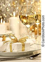 weinig; niet zo(veel), gouden lint, cadeau