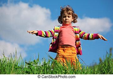weinig; niet zo(veel), gras, hemel, meisje, tegen