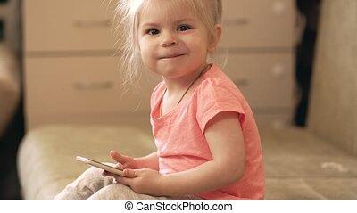 weinig; niet zo(veel), grit, telefoon, 4k, baby meisje, home., spelend