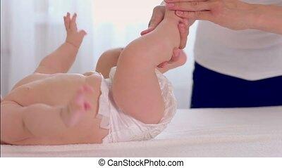 weinig; niet zo(veel), haar, feets, moeder, baby, masserende handen