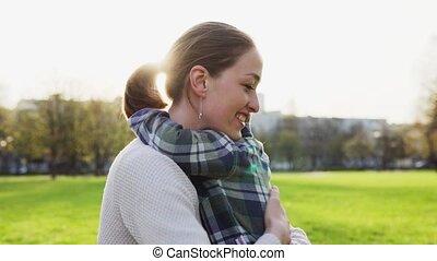 weinig; niet zo(veel), haar, moeder, slagen, omhelzingen, park, zacht, ondergaande zon , kind, vrolijke