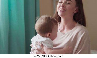 weinig; niet zo(veel), haar, omhelzingen, kussen, moeder, baby, vrolijke