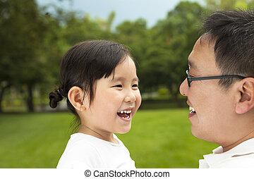 weinig; niet zo(veel), haar, vader, aziatisch meisje, vrolijke