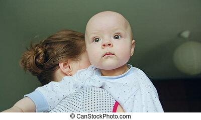 weinig; niet zo(veel), haar, vasthouden, moeder, baby, thuis