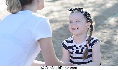 weinig; niet zo(veel), het glimlachen., handen, meisje, ...