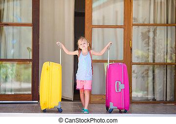 weinig; niet zo(veel), het reizen, gereed, meisje, luggages, schattige