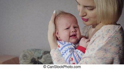 weinig; niet zo(veel), houden, moeder, home., wiegen, baby, haar, meisje, jonge