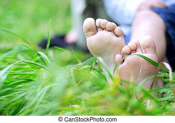 weinig; niet zo(veel), jongen, voetjes, op, gras