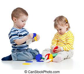 weinig; niet zo(veel), kinderen spelende, met, kleurrijke, speelbal, op, witte achtergrond