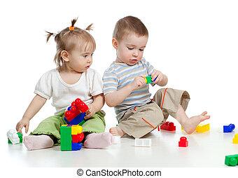 weinig; niet zo(veel), kinderen spelende, samen, met, gebouw...