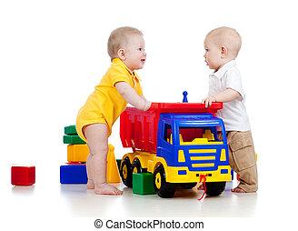 weinig; niet zo(veel), kleur, twee kinderen, speelgoed, spelend