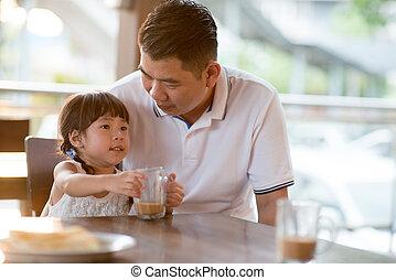 weinig; niet zo(veel), koffiehuis, aziaat, drinkt, kind