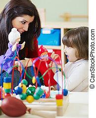 weinig; niet zo(veel), leraar, kleuterschool, vrouwlijk, meisje, spelend