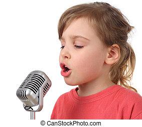 weinig; niet zo(veel), lichaam, vrijstaand, helft, meisje, microfoon, het zingen, rood hemd