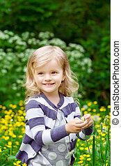 weinig; niet zo(veel), mooi en gracieus, haar, lemmet, handen, het glimlachen, gras, meisje