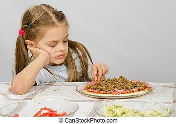 weinig; niet zo(veel), oud, onafgewerkt, zittende , zes, oogsten, jaar, tafel, meisje, pizza