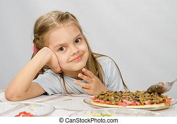 weinig; niet zo(veel), oud, zittende , zes, over, wachten, het bereiden, jaar, tafel, meisje, pizza