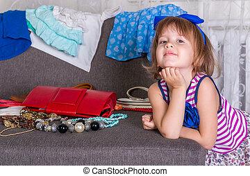 weinig; niet zo(veel), partij, haar, ð¡hild, clothes., kies, wardrobe., nieuw, meisje, aanzicht