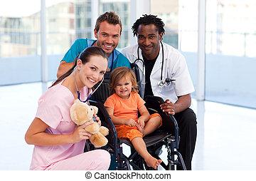 weinig; niet zo(veel), patiënt, met, medisch team, het glimlachen, op, de, fototoestel