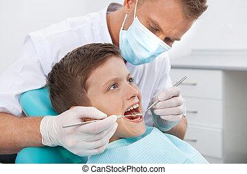 weinig; niet zo(veel), patiënt, op, tandarts, kantoor., zijaanzicht, van, jongetje, zittende , op, de, stoel, op, de, tandkundige werkkring, terwijl, arts, het onderzoeken, teeth