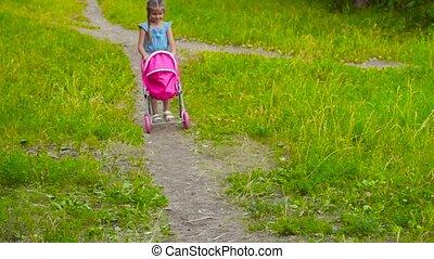 weinig; niet zo(veel), pop, park, baby meisje, wandelaar