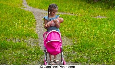 weinig; niet zo(veel), pop, park, wandelende, baby meisje, wandelaar