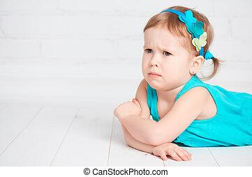 weinig; niet zo(veel), schattig, meisje, beledigde, boos,...