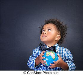 weinig; niet zo(veel), schooljongen, met, globe, in, handen
