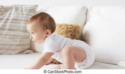 weinig; niet zo(veel), sofa, 7, kruipen, baby, thuis, langs, vrolijke