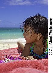 weinig; niet zo(veel), strand, meisje, polynesiër