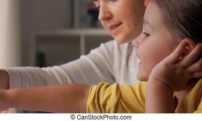 weinig; niet zo(veel), thuis, dochter, moeder, tekening