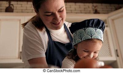 weinig; niet zo(veel), thuis, moeder, dochter, verticaal, vrolijke , kitchen., haar