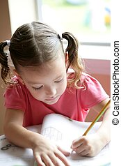 weinig; niet zo(veel), toddler, meisje geschrift op school, bureau